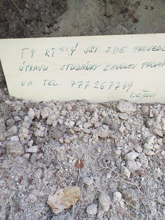 Návštěvníkům lesa i myslivcům se na Kejkolu u Plchova naskytl tento týden děsivý pohled. Jedinou lesní studánku někdo zadekloval betonem a zasypal zeminou.