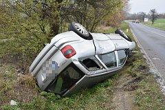 Vozidlo skončilo po nehodě převrácené na střechu.
