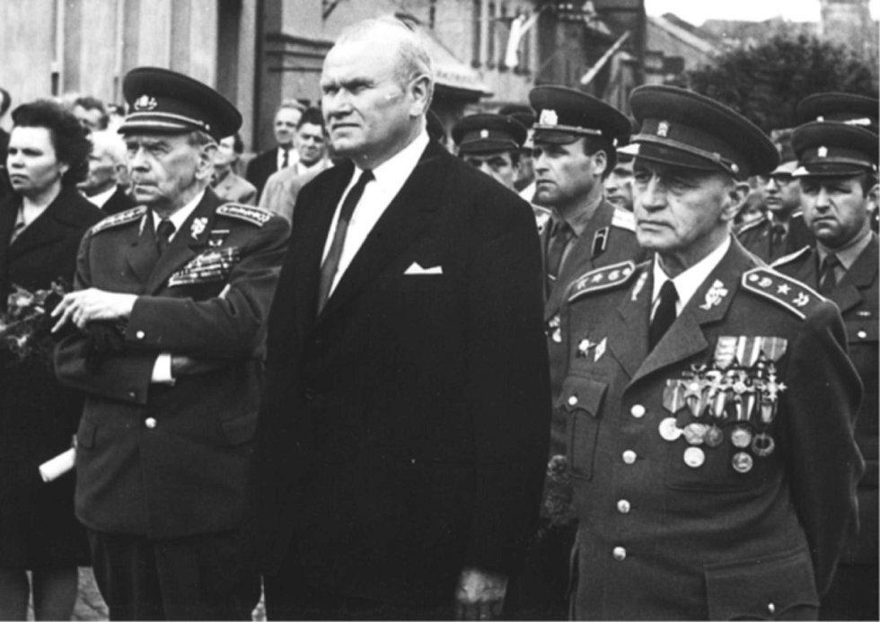 V roce 1970 se generál Jaroslav Selner (první zprava) zúčastnil spolu s armádním generálem Karlem Klapálkem (první zleva) oslav osvobození v Novém Městě nad Metují, rodišti generála Klapálka.