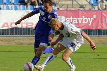 Smutný hrdina zápasu David Zoubek (20)  bojuje s Martinem Doležalem // SK Kladno - Fotbal Třinec 1:1 (0:1) , utkání 6.k. 2. ligy 2010/11, hráno 5.9.2010