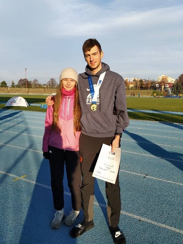 Do Trnavy odjela Víta povzbudit i sestra Klára Hlaváčová, rovněž kladenská chodkyně.