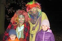 Tradičního nočního pochodu se zúčastnila i osmiletá Terezka a šestiletý Vojta z Kladna.