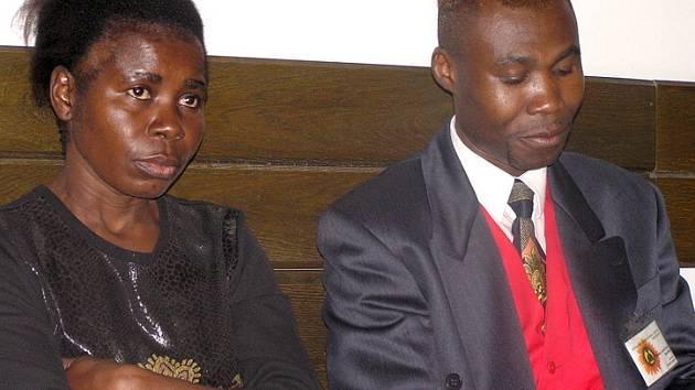 Marie Joao Dikayzila , matka černocha, který utonul loni v dubnu v kladenském aquaparku, včera trpělivě sledovala hlavní líčení v soudní síni, ačkoli věděla, že zde budou promítány záběry, na nichž umírá její pětadvacetiletý syn.