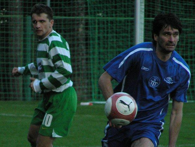 Otovi Mačurovi (vlevo) se zápas se Slaným povedl. Přihrál na všechny tři góly.