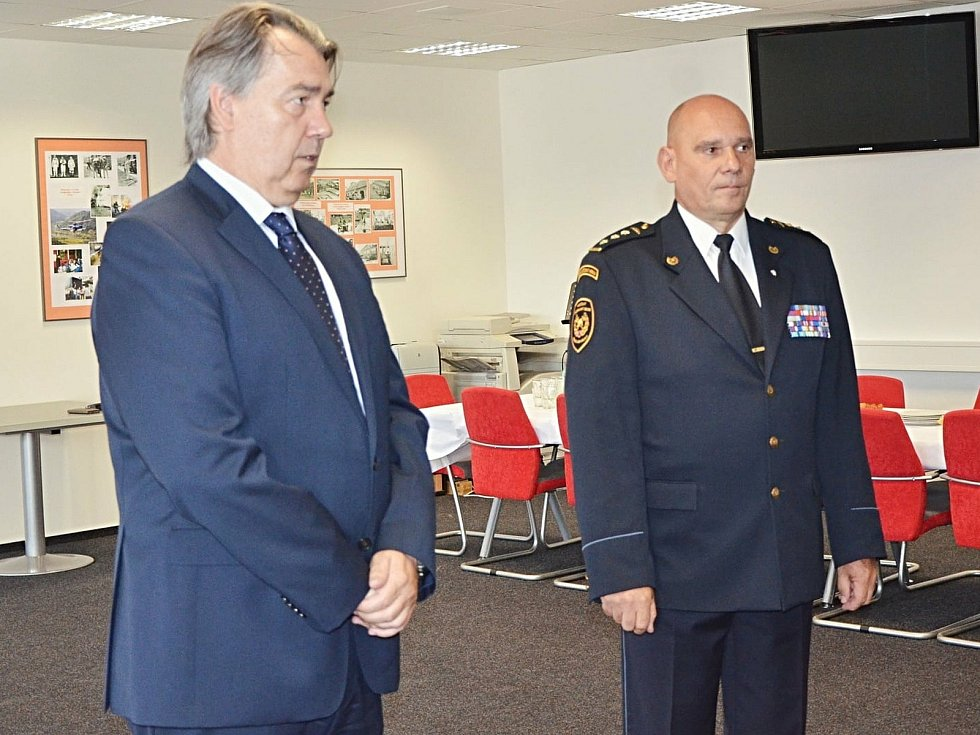 Předání medaile Středočeského kraje, které místo hejtmanky předal Robert Bezděk, radní pro oblast bezpečnosti a zdravotnictví.