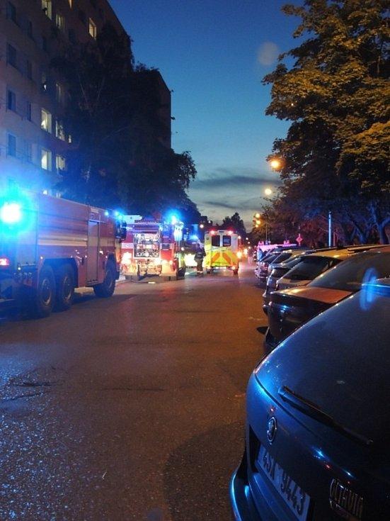 Zásah hasičů v paneláku v kladenské Anglické ulici.