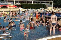 NA KOUPALIŠTĚ přichází v letních měsících svlažit svá těla mnoho lidí. Zejména na děti zde však číhá nebezpečí.