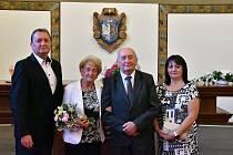 Ladislav Holý při loňském obřadu na magistrátu města Kladna, kde s manželkou Alenou a dětmi oslavil 65. výročí svého sňatku.