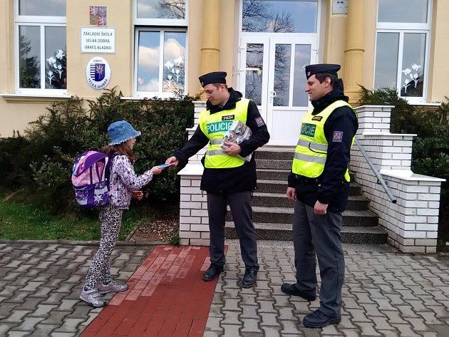 Policisté v rámci projektu Zebra se za tebe nerozhlédne hlídají vytipované přechody pro chodce a diskutují s dětmi na téma bezpečné přecházení.