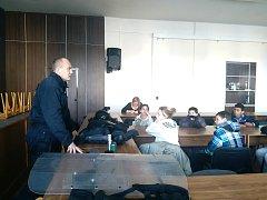 VELITEL POŘÁDKOVÉ JEDNOTKY Michal Putík při besedě ukázal dětem svou výstroj.