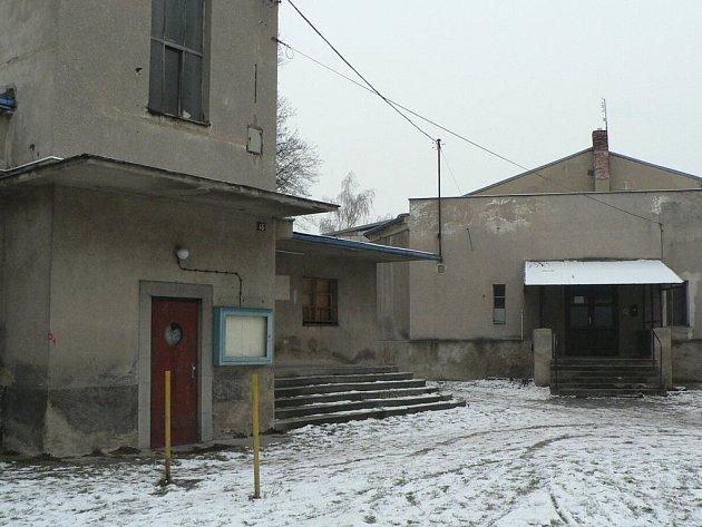 Bývalé kino (vlevo) i sokolovna chátrají nejen zvenku, ale i vevnitř. Rekonstrukce je nezbytná.
