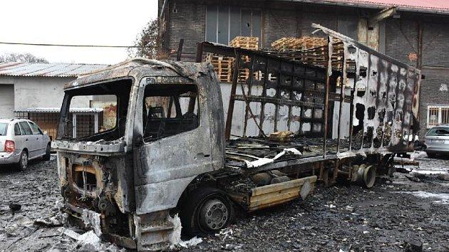Ohořelý nákladní automobil v Kladně po explozi baterií.