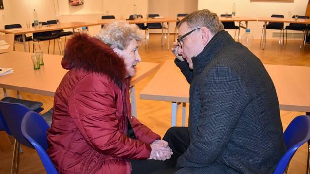 Ministr Lubomír Zaorálek hovoří s lidickým dítětem Marií Šupíkovou