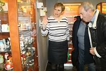 Zoja Kučerová (vlevo) vítá návštěvníky nové expozice slánek ve slánském Infocentru.