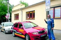 LIBOR BACH poukazuje na nepovolené parkování před soukromou firmou v ulici Antonína Suchého v Kladně. Majitel firmy ale oponuje, že stojí zčásti především na svém pozemku.