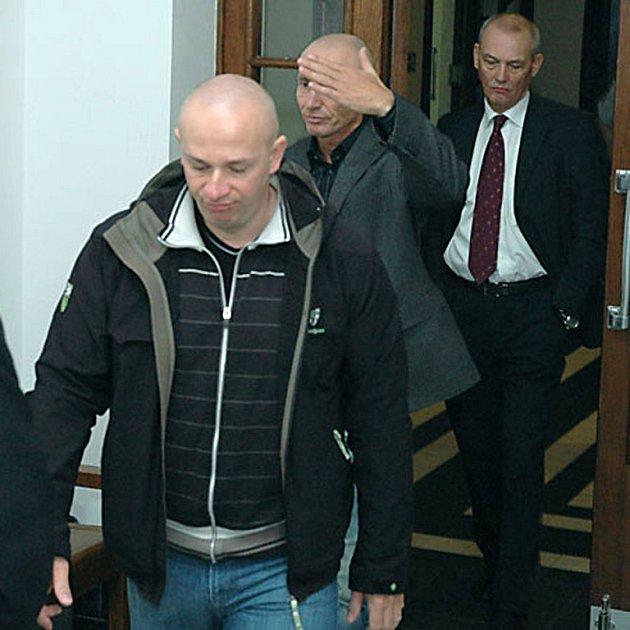 Výrazného snížení trestů se u odvolacího senátu dočkali Jiří Šindler (na snímku vpředu) a Milan Libovický.