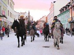 Tři králové na koních zahájili v Kladně Tříkrálovou sbírku.