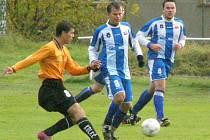 Na výkony Libora Rychlého (vlevo) mohou kolečští fotbalisté dlouho zapomenout - zlomil si levou nohu.