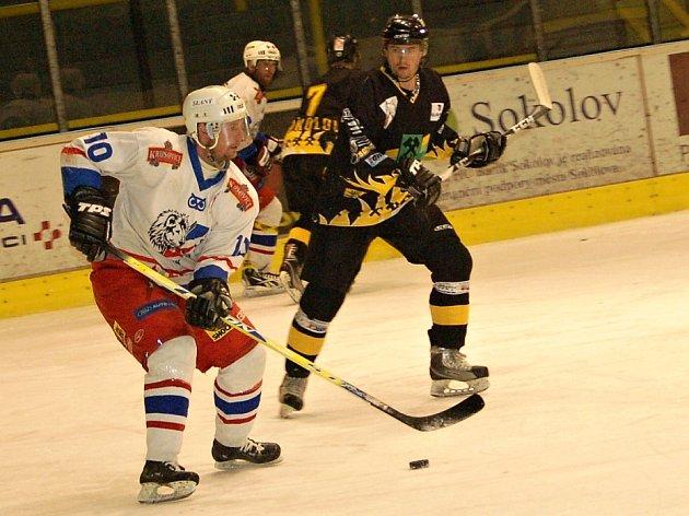 Sokolov v prvním utkání baráže přejel Slaný (v bílém) 7:2