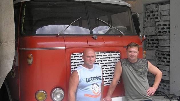 Starosta sboru Marek Nerad (vlevo) a velitel jednotky Radek  Procházka jsou u dobrovolných hasičů z Vinařic již pětadvacet let.