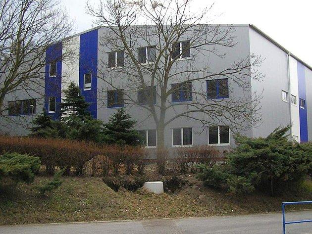 Plášť haly Bios v Kladně stojí už pět let. Dokončí někdo stavbu?