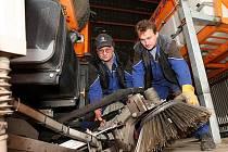 Pracovníci technických služeb už na mnohých vozech vyměnili kropicí techniku za radlice. Auta už jsou v pohotovosti na první sněhovou nadílku.