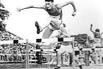 Josef Vávra na trati 200 m překážek.