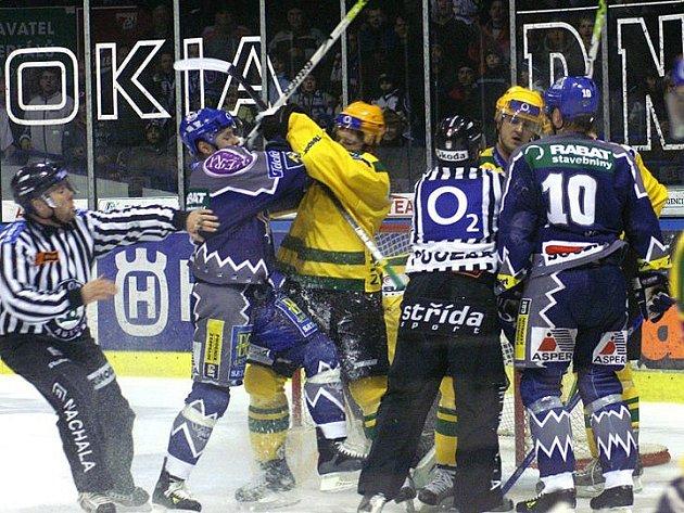 Zatím poslední souboj se hrál v Kladně v prosinci 24006 a rozhodl ho v prodloužení kapitán Kladna Pavel Patera (vpravo)
