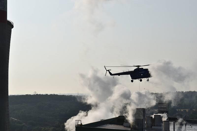 Dva obří tlumiče dopravil na střechu kladenské teplárny v sobotu 21. srpna ráno vrtulník.