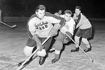 Legenda kladenského hokeje Bohumil Prošek (sleduje hráče Brna).