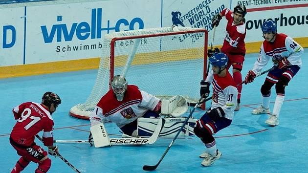Úchvatný Jan Jiroitka v životní formě. Gól nepustil Kanadě (na snímku), ani ve čtvrtfinále Finsku.