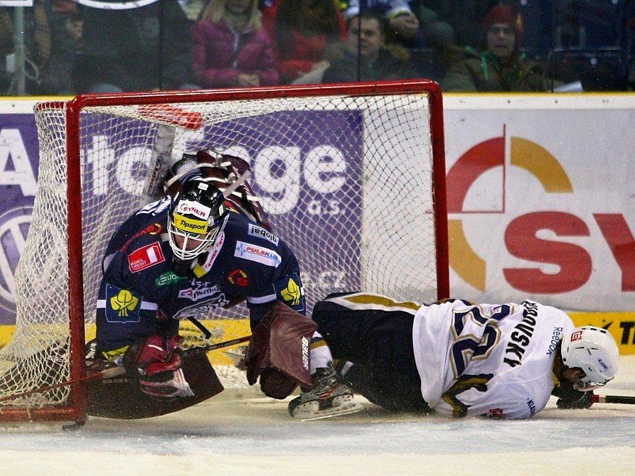Jan Rudovský po faulu zaplul do klece Marka Schwarze a ještě ho podrazil.