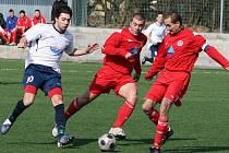 Tuchlovice (v bílém) urvaly výhru nad Novou Vsí, vlevo autor dvou gólů Vasil Jalaghonia