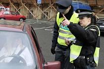 Dobrý den, pane řidiči, překročil jste povolenou rychlost. To říkají policisté šoférům na silnicích v regionu velmi často.