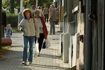 Obyvatelé Švermova místní obchody navštěvují. Podnikatelé ale tolik nevydělávají. Zřejmě chybí klienti, kteří lokalitou projížděli a teď kvůli uzavírce jezdí jinudy.