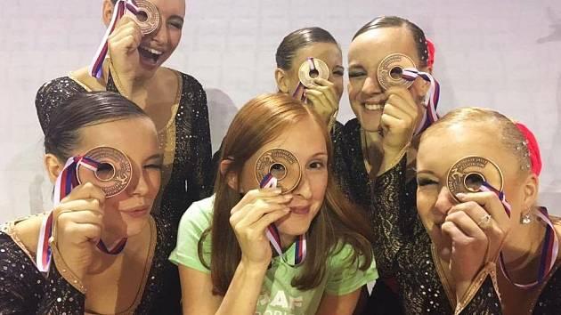 Seniorky z klubu MK Kladno Stehnová, Culková, Votavová, Zíková, Plimlová, Pitrofová si udělaly ze svých bronzových medailí ve step petite pomůcku lékařů z ORL.