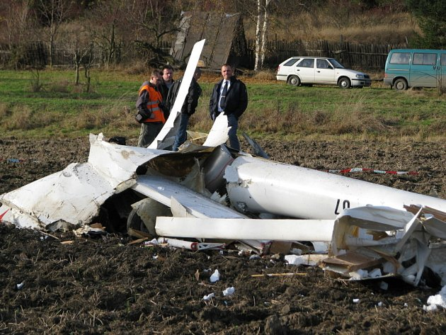 U obce Netovice nedaleko Slaného se zřítilo ultralehké letadlo. Pilot pád ze stopadesátimetrové výšky nepřežil.