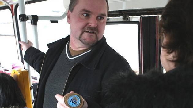 Revizoři jsou v autobusech vidět častěji než dříve. Cestující, který se neprokáže platnou jízdenkou, zaplatí pokutu ve výši 500 korun i jízdé.