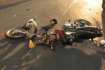 Z MOTOCYKLU HONDA, který havaroval na křižovatce u kladenského Kokosu, zbyly po střetu s volkswagenem jen trosky.