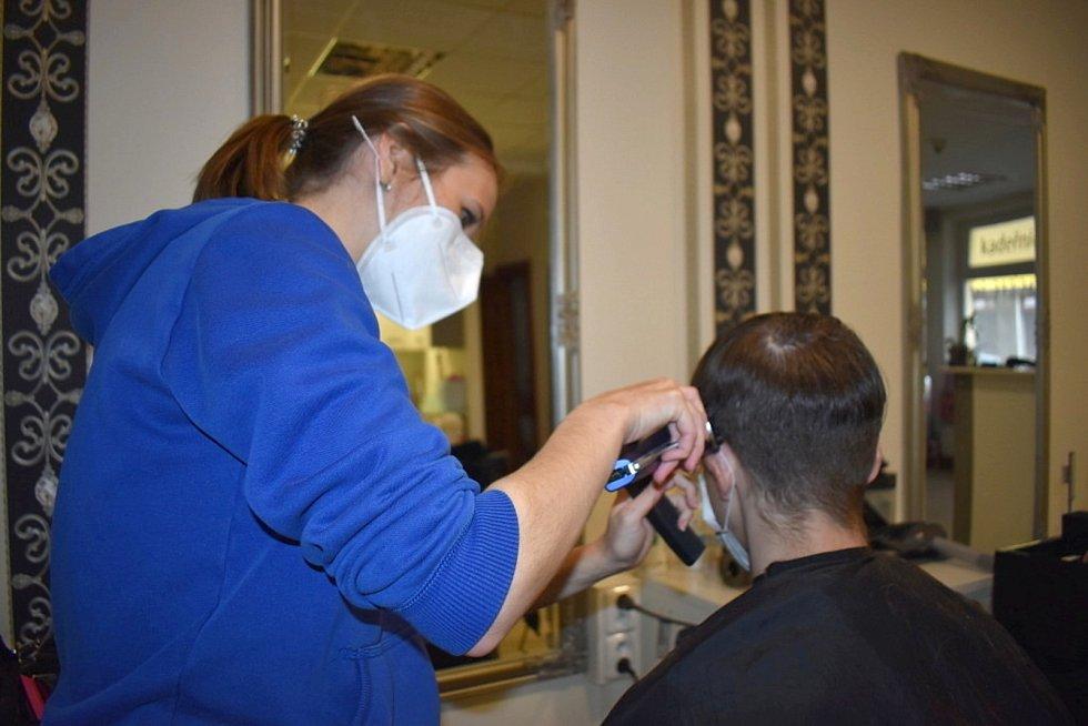 První den rozvolnění v kladenském kadeřnickém salonu Ellivisage.