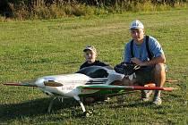 ONDŘEJ SLÁMA se svým otcem Pavlem u velkého modelu letadla.