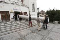 STĚHOVÁNÍ OPONY z budovy kladenského divadla.