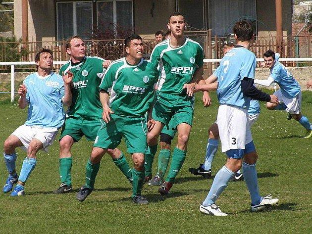 Hřebeč (v modrém) doma Hostouni gól nedala, šlágr I. B třídy skončil bez branek