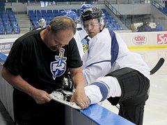 První příprava hokejistů Kladna, masér Malý v akci