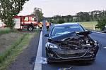 U Lotouše se srazila dvě auta, jedno skončilo v poli.