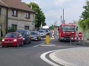 Ulice Na Kopci v Kladně je uzavřená, vodaři hledají problém.