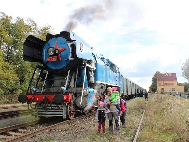 Takzvaná lokomotiva Papoušek se na své trase zastavila také na stochovském nádraží.