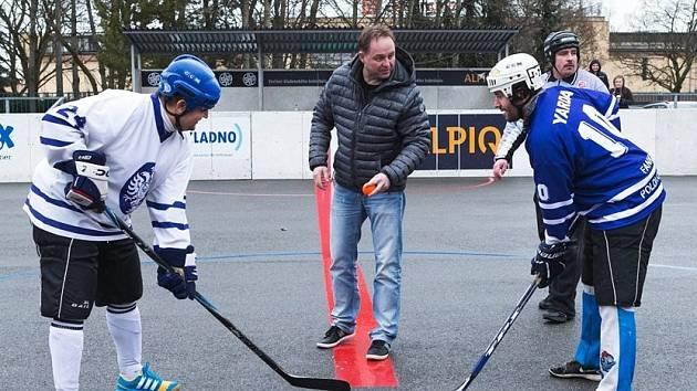 Hokejbalová benefice fanoušků na podporu kladenské hokejové mládeže - Kladno sobě! byla jednou z akcí sbírky. Přišel i Pavel Patera.