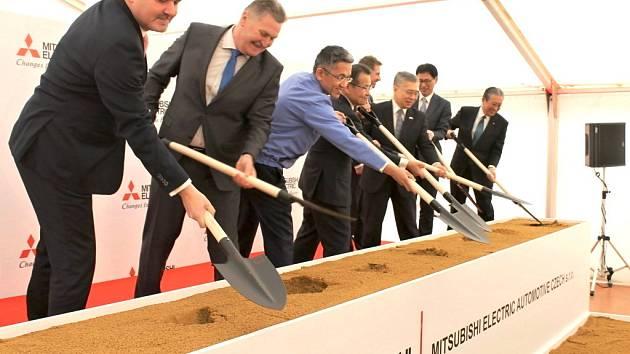 Ve Slaném bude další japonská továrna, ve čtvrtek kopli poprvé do země.