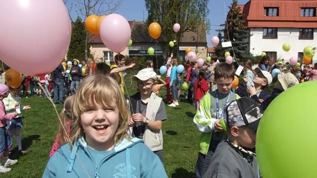 Vypuštěním více než tří set nafukovacích balonků zahájili v pondělí dopoledne žáci Základní školy v Doberské ulici Týden Země.